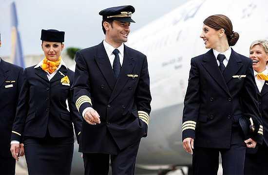 tripulantes tripulacion capitan avion comercial piloto avion comandante de vuelo y azafatas