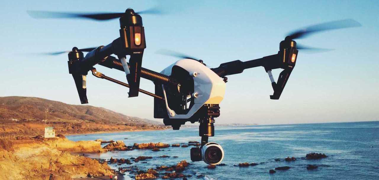 drone dji inspire vista frontal cuando sobrevuela la costa