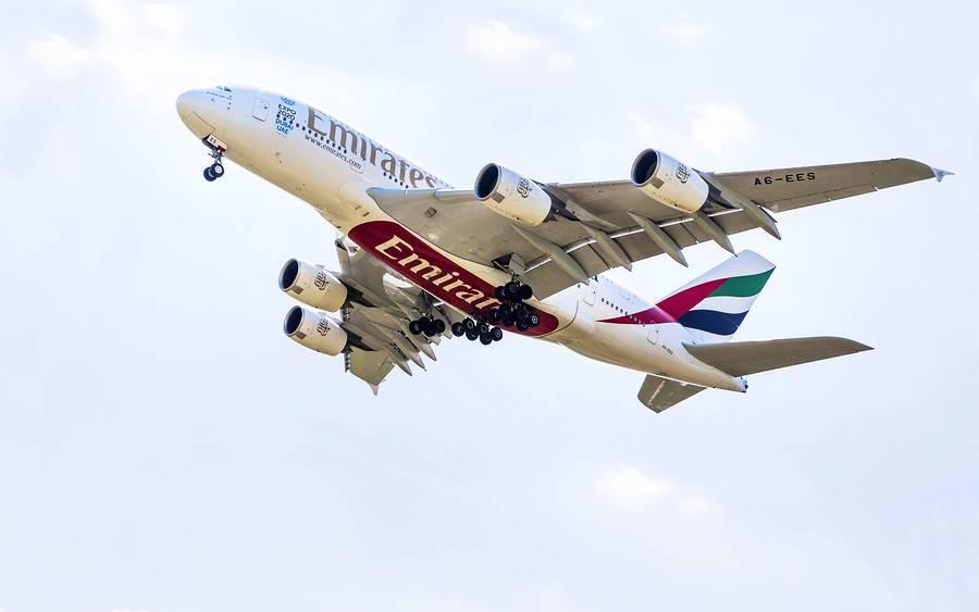 parte de abajo de avion de aerolinea emirates cuando esta volando