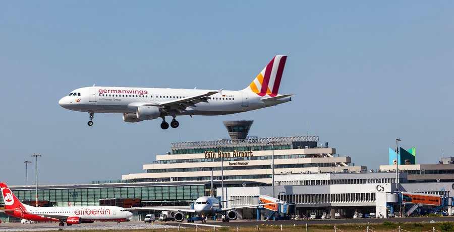avion de la aerolinea germanwings a punto de aterrizar en aeropuerto de alemania