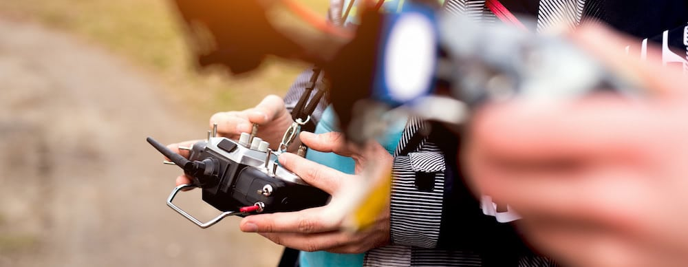 manos sujetando emisora de dron