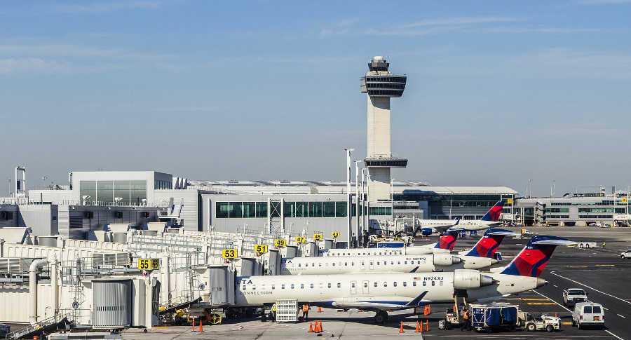 cuatro aviones de aerolinea americana en aeropuerto de nueva york