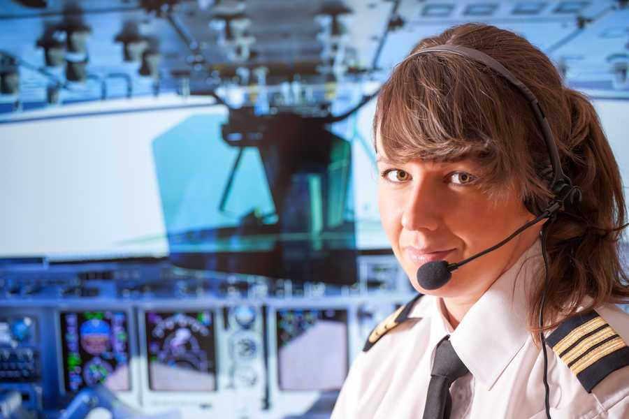 piloto comercial chica en la cabina de un avión boeing de aerolineas
