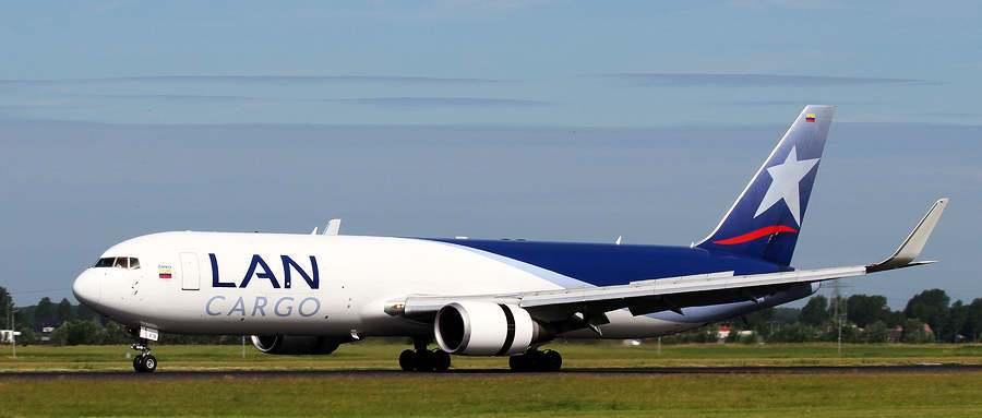 avion de lan cargo aerolinea se ve lateralmente en la pista de aterrizaje