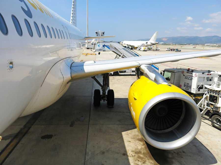 avion de vueling parado en el aeropuerto a la espera de que suban los pasajeros