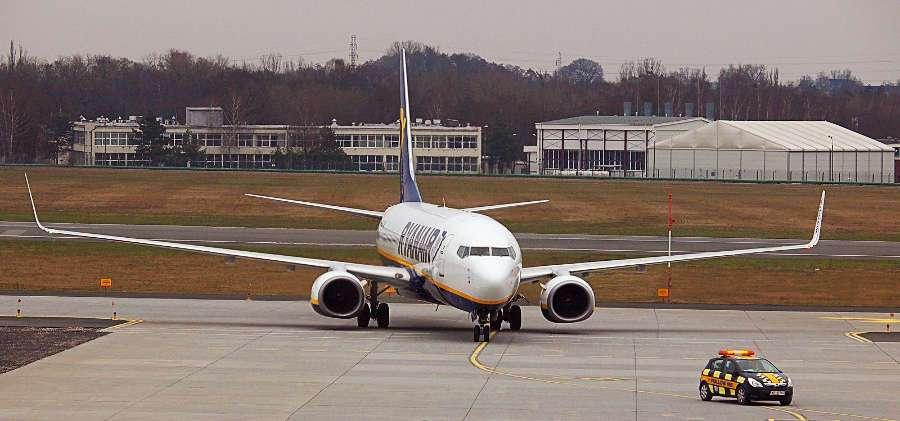 avion de ryanair dirigiendose a la pista de aterrizaje