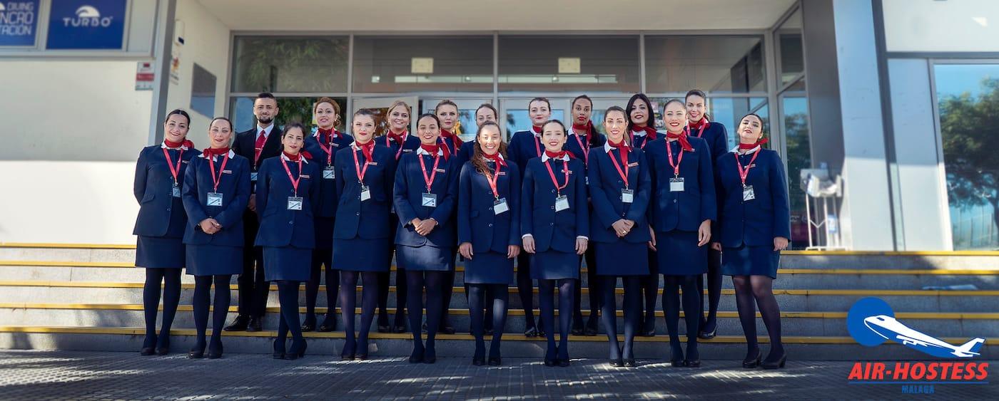 grupo de tcps de air hostess malaga en la puerta de entrada a un edificio
