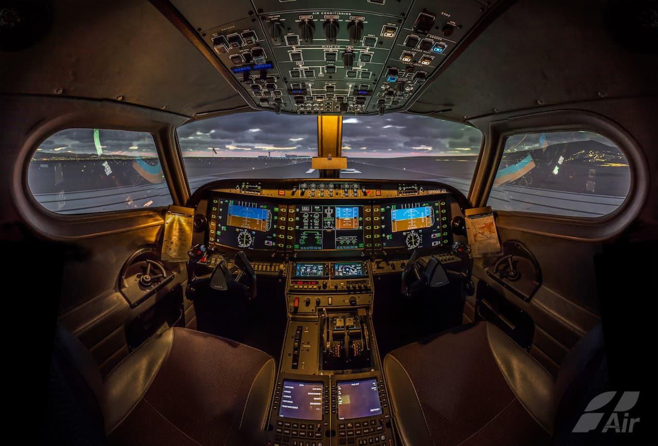 cabina de simulador de vuelo con controles iluminados y proyeccion nocturna