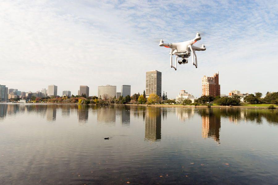 dron sovolando lago con skyline al fondo