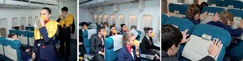 auxiliares de vuelo de air hostess haciendo practicas en simulador de avion de pasajeros