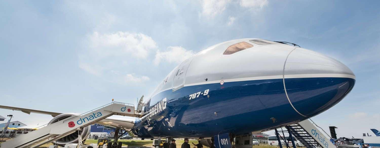 aeronave boeing 787-9 parada en pista con escalerilla de acceso
