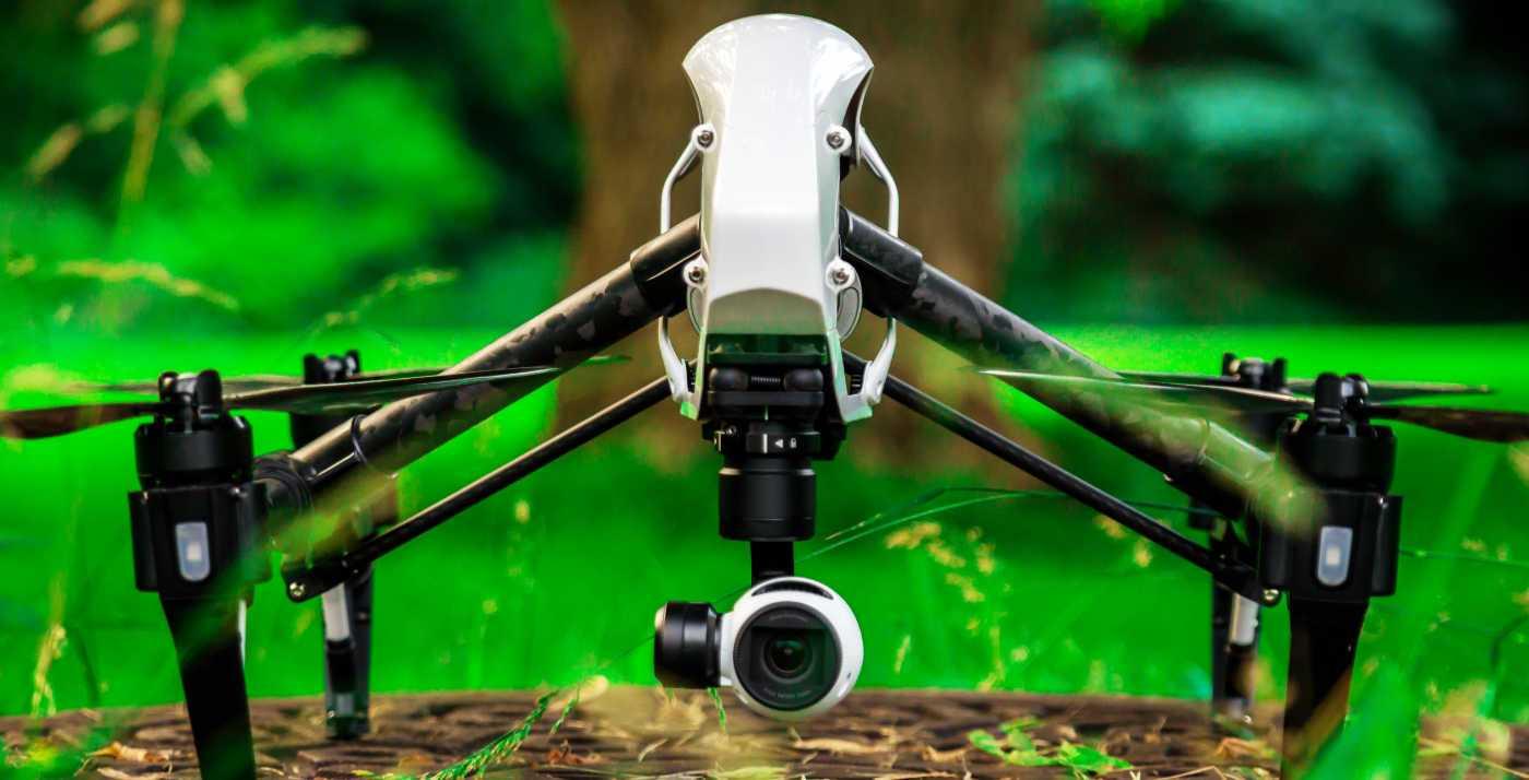 dron dji inspire posado en el suelo con fondo de bosque verde