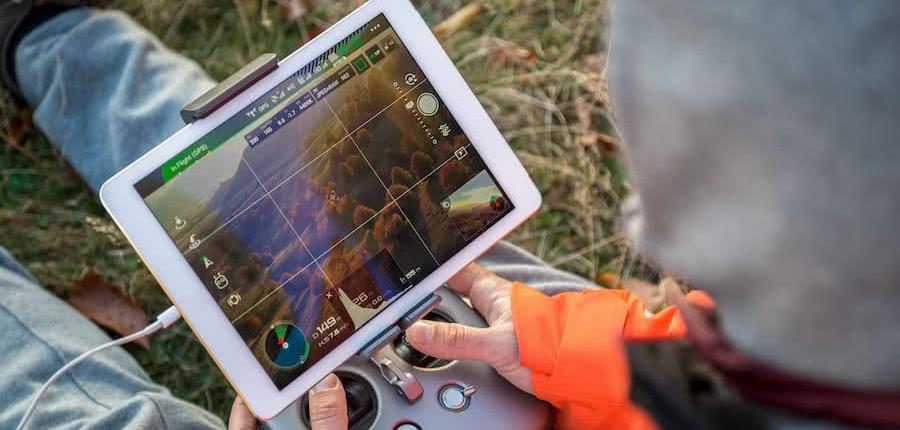 emisora de dron con ipad para el visionado de imagenes tomadas por el dron