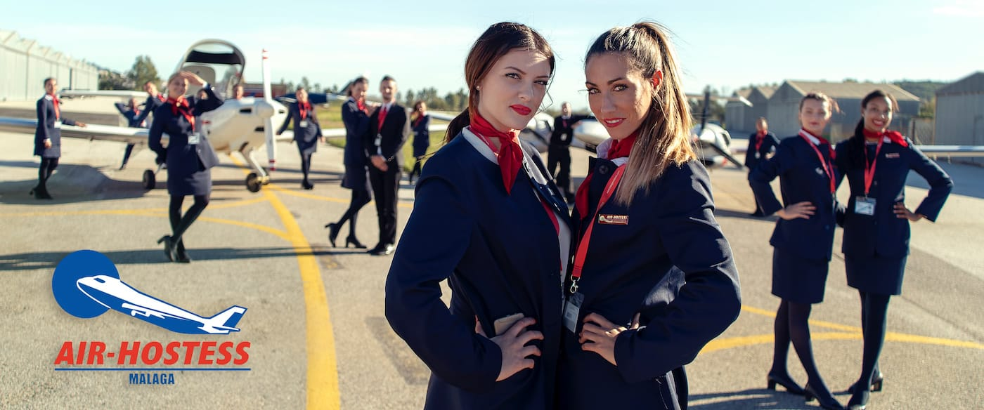 azafatas de vuelo en la pista de aterrizaje posando junto a un avion diamond da42 de la empresa oneair
