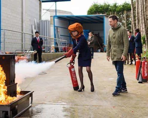 azafata de air hostess enpracticas de extincion de incendios