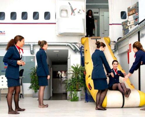 entrenamiento en cabina de avion chicas saliendo por salida de emergencia
