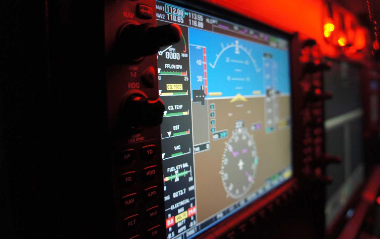 detalle de cuadro de mandos y pantalla de simulador de vuelo g1000