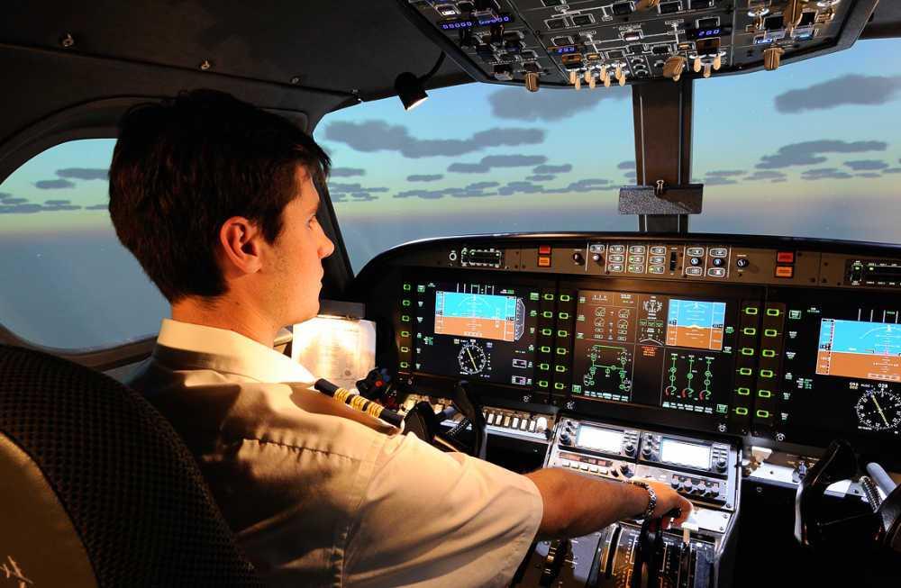 instructor de vuelo de one air aviacion a los mandos de simulador alsim alx