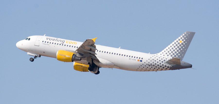 avion de pasajeros de vueling en vuelo con fondo de cielo azul
