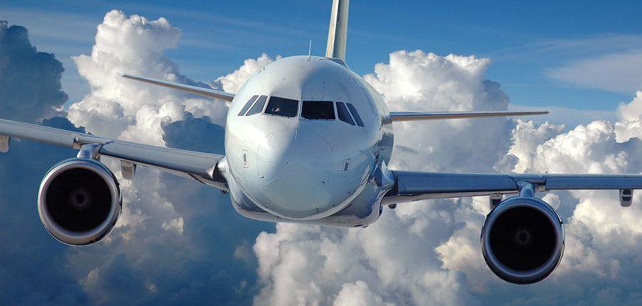 frontal de avion de pasajeros en vuelo con fondo de nubes