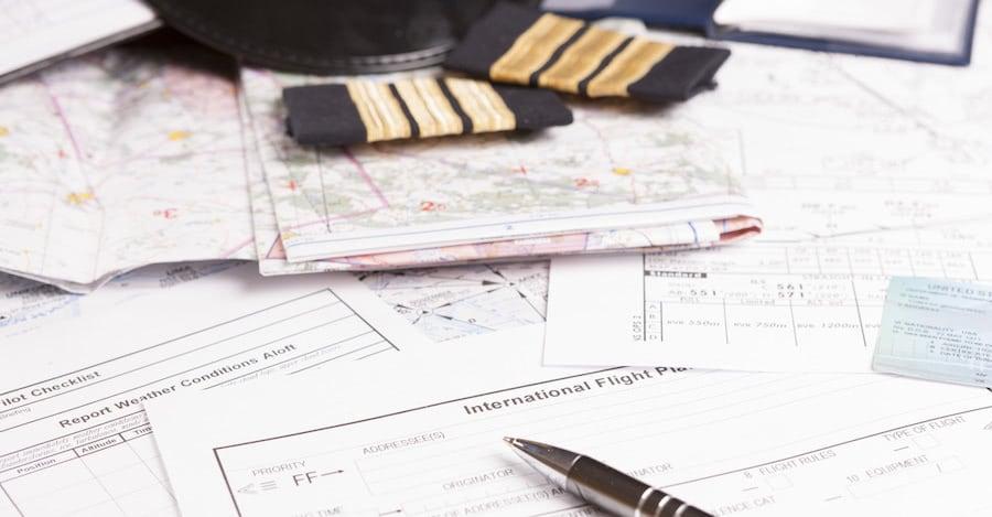 documentos, boligrafo, gorra de piloto, y galoneras para estudiar curso piloto de avion