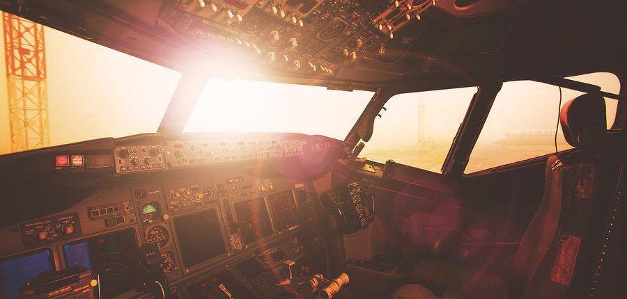 cabina de avion en tonos tostados con sol de frente