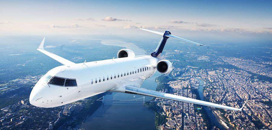avion de pasajeros en vuelo con fondo de aerea de ciudad con rio