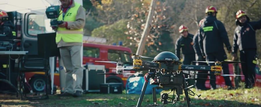 bomberos haciendo practicas con drones en curso de emergencias de escuela one air