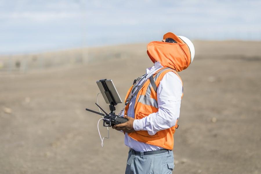 operador de drones con un mando de control de drones supervisando las operaciones del drone.