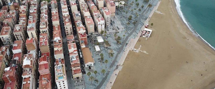 vista aerea de playa con edificios y paseo maritimo