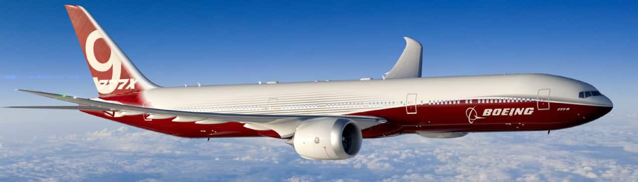 avion boeing rojo y blanco en vuelo sobre nubes