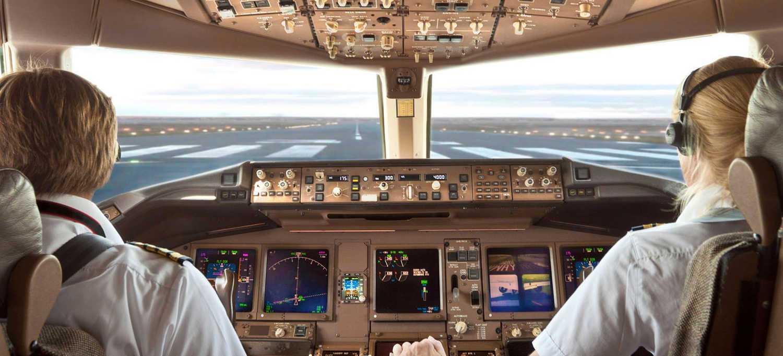 cabina de avión con un piloto mujer y un piloto hombre