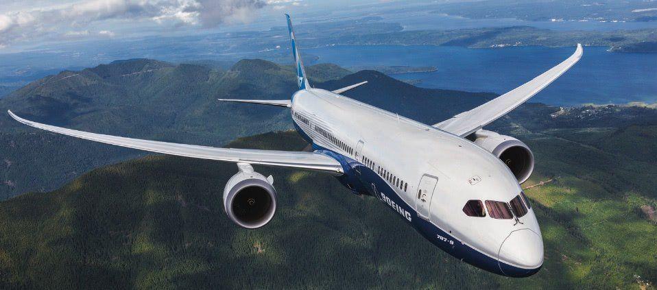 vista del avión boeing 787 en vuelo desde cerca
