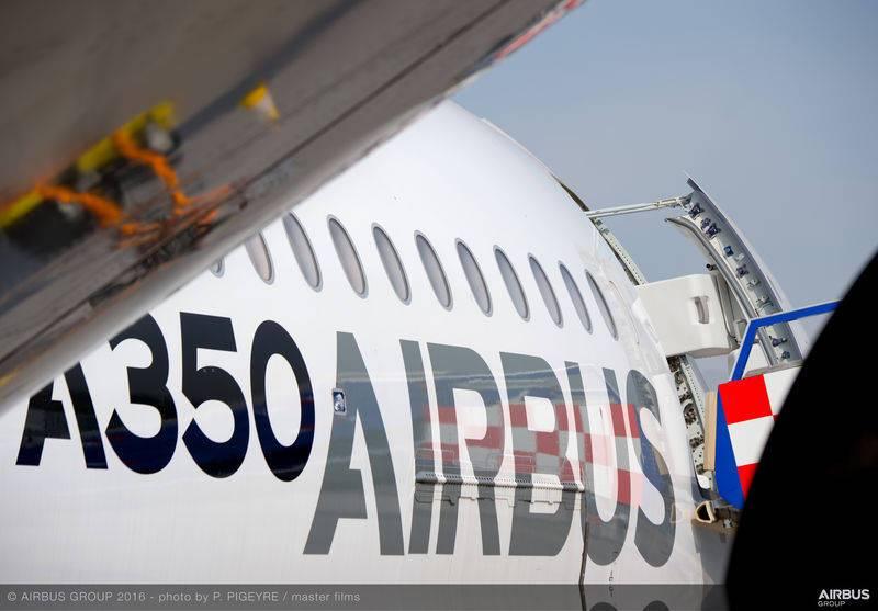 lateral del avión airbus A350 en aeropuerto