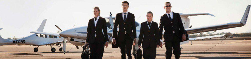 cuatro futuros pilotos en aeropuerto con aviones monomotor y bimotor