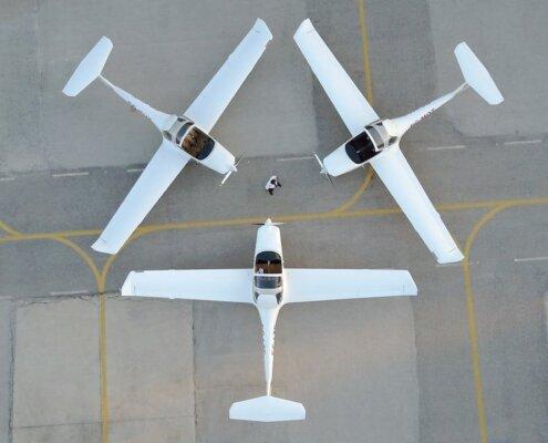 vista desde arriba de tres aviones parados en aeropuerto haciendo una forma triangular