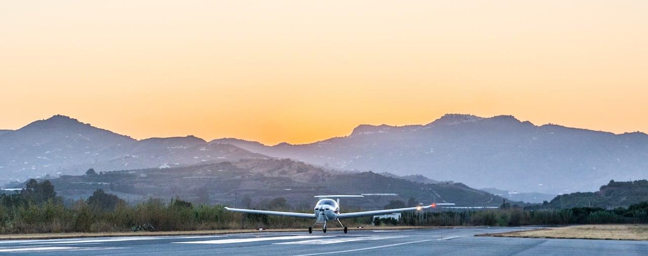 avion da20 de la escuela one air aviacion despengando del aeropuerto de malaga