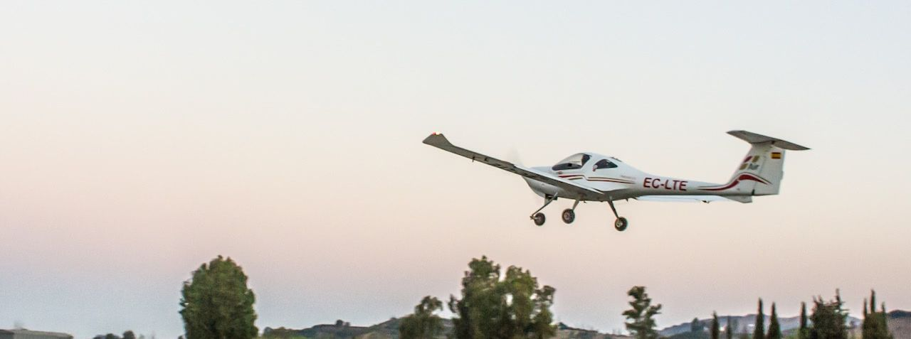 avion diamond da40 de la escuela one air aviacion despegando al amanecer en malaga