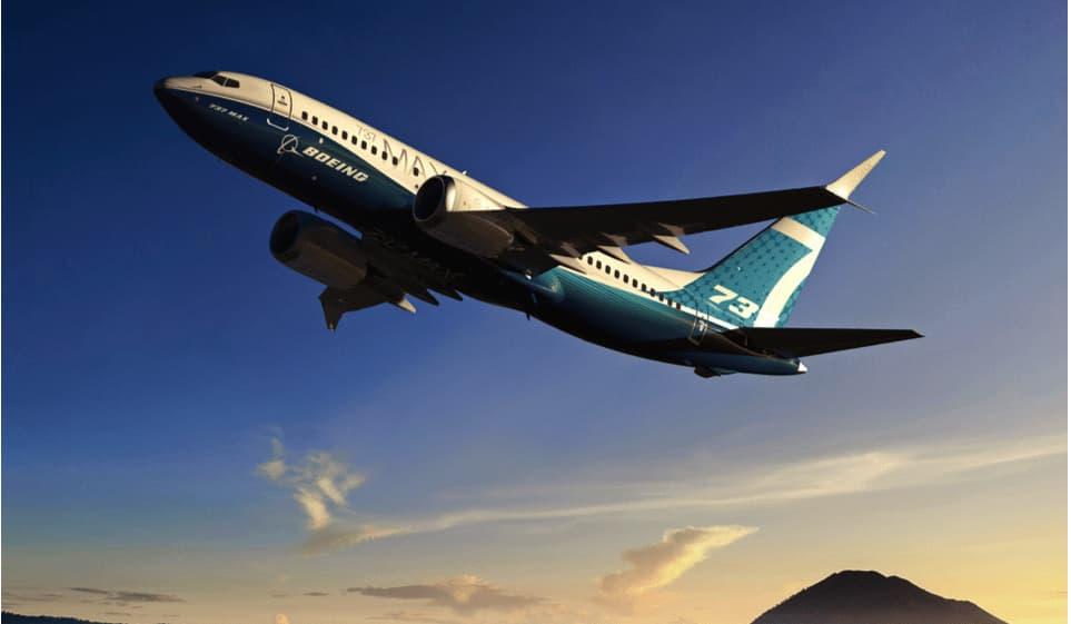Avion 737 empezando a despegar en un cielo despejado y con una cima al fondo