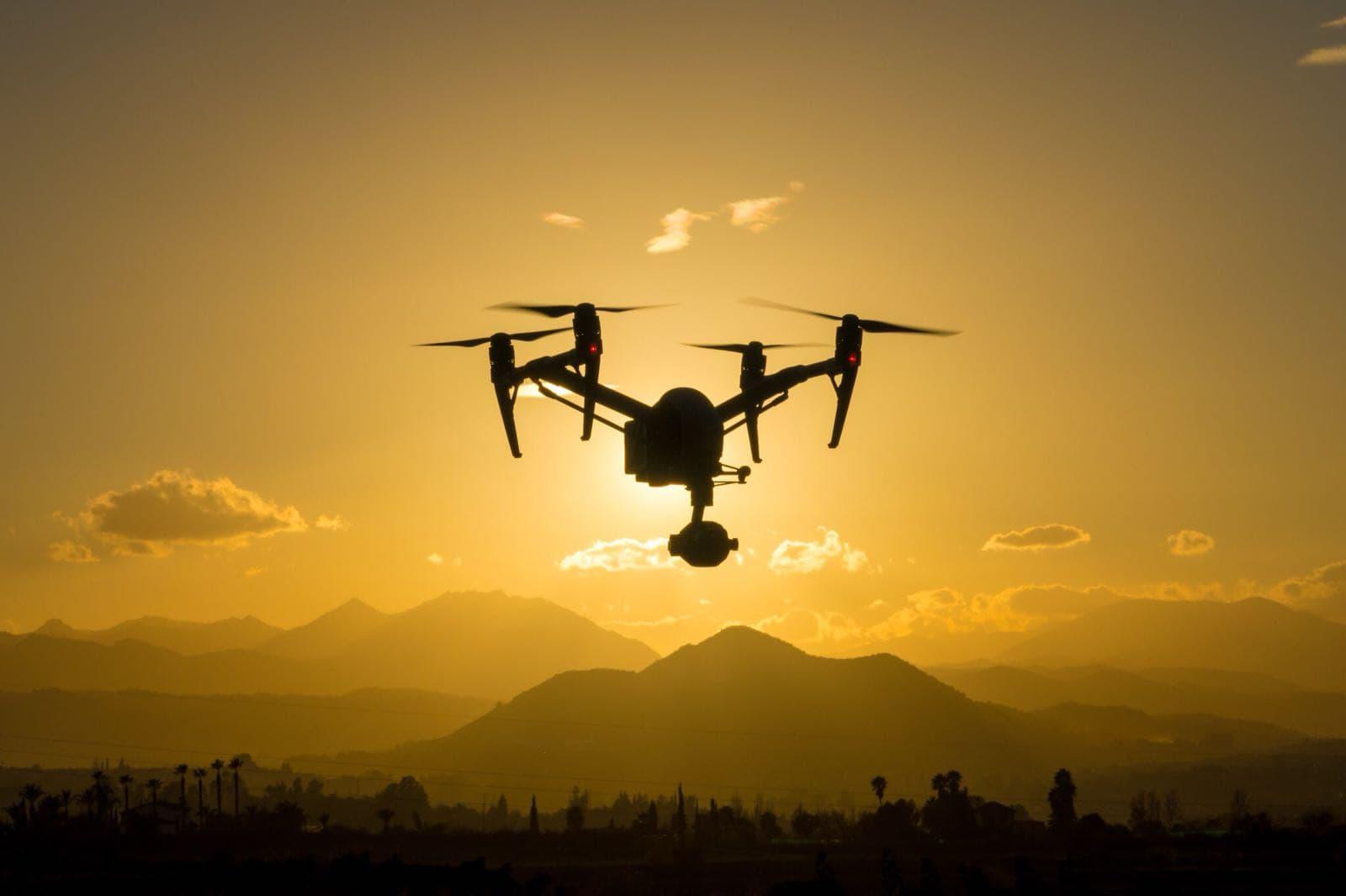 drone dji inspire 2 volando al atardecer en un cielo despejado
