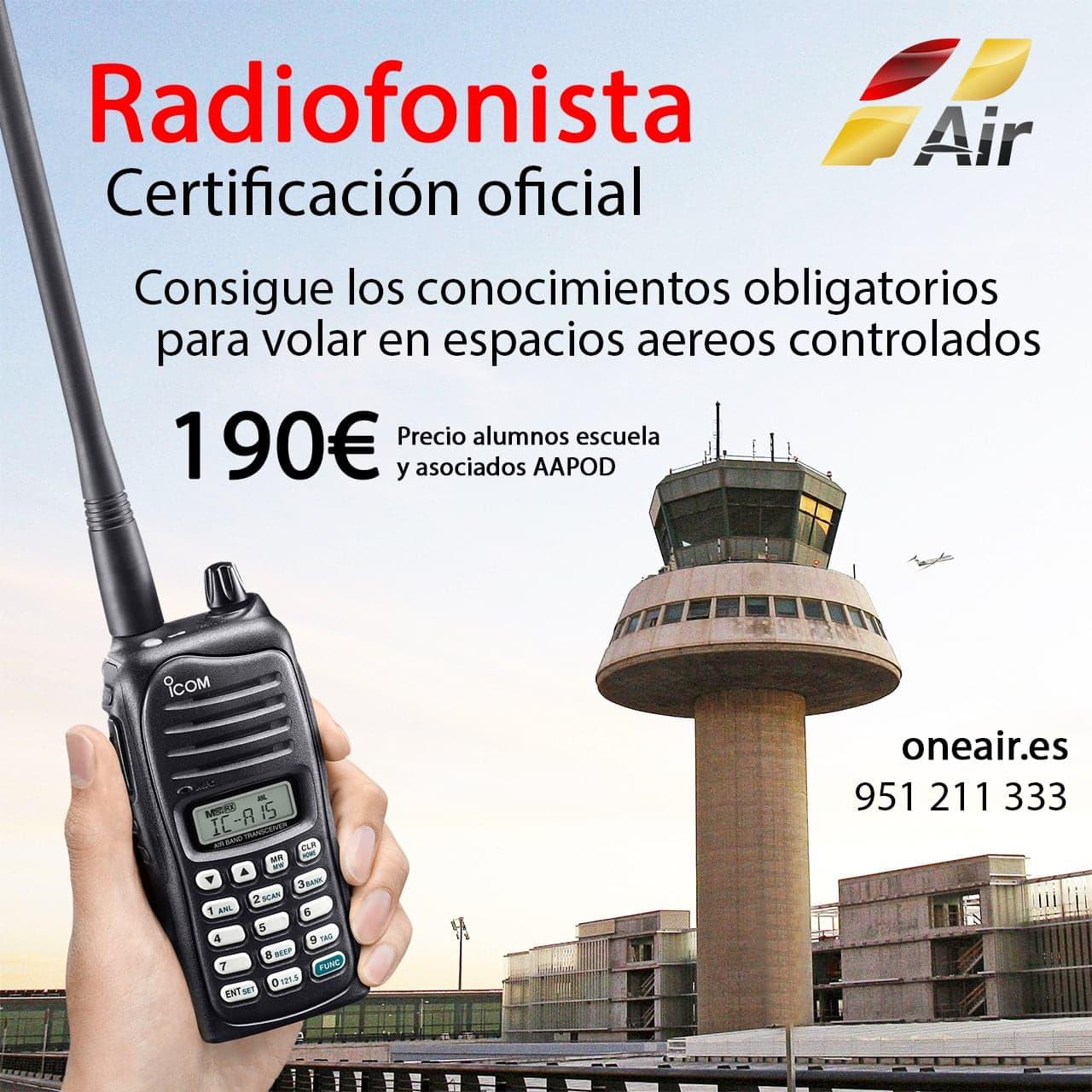 torre de control de aeropuerto y una mano con una radio para hablar de forma remota