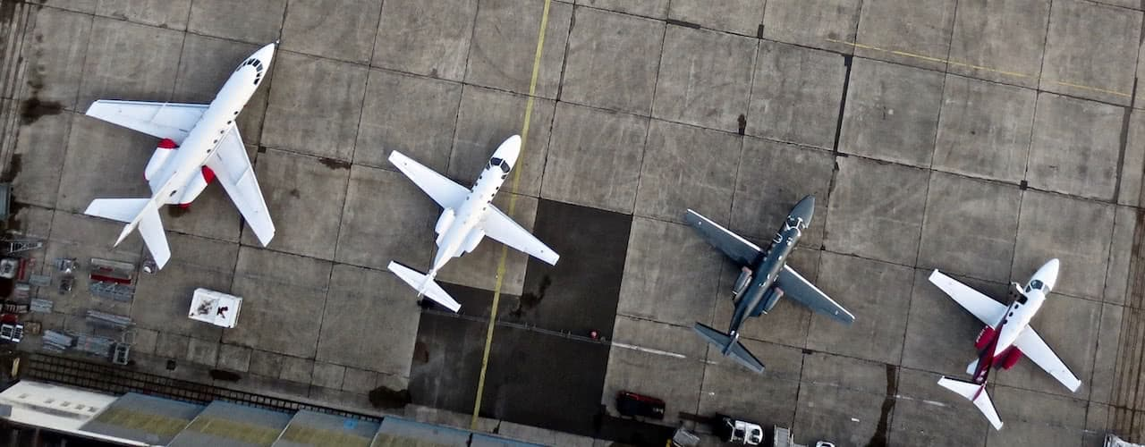 vista aerea de cuatro aviones jet privados aterrizados en aeropuerto