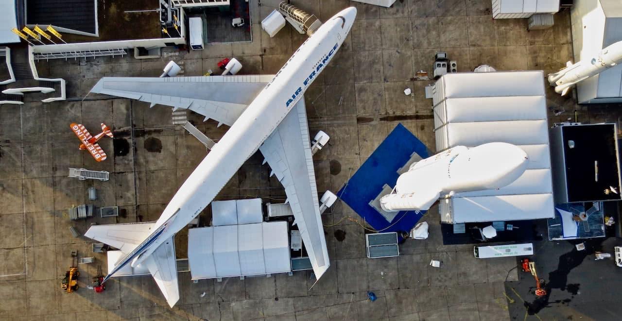 vista aerea de un avion boeing 747 de la aerolinea air france aterrizado en aeropuerto