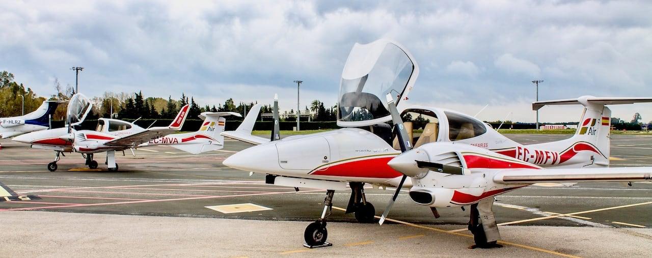 dos aviones diamond da42 de las escuela de aviacion oneair multimotor aterrizados en el aeropuerto