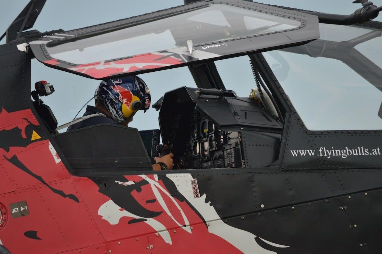 piloto de helicoptero saliendo de la cabina de un helicoptero