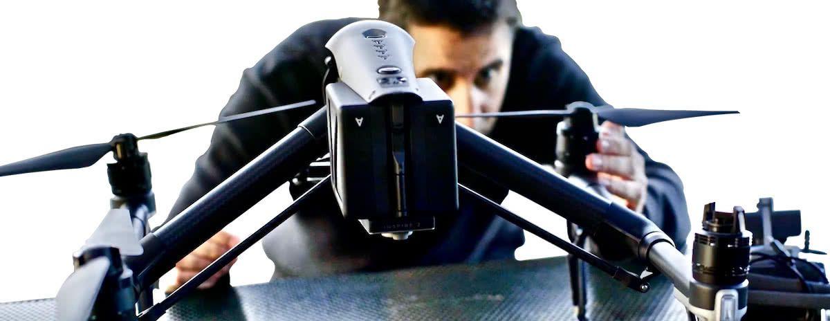 piloto de drones colocando las helices en un dron dji inspire 2