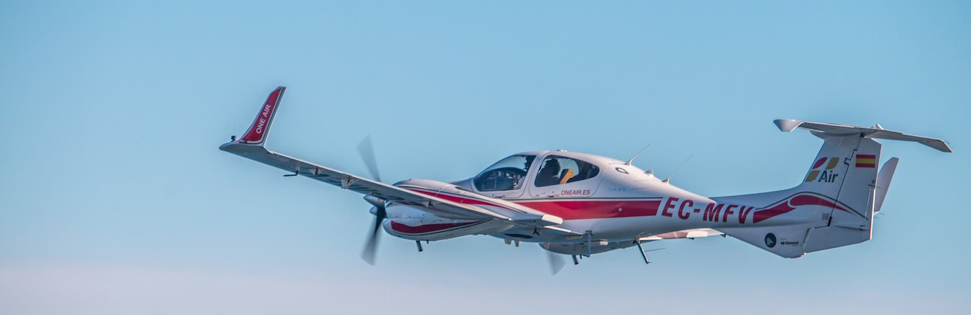 piloto volando un avión en un cielo azul en málaga