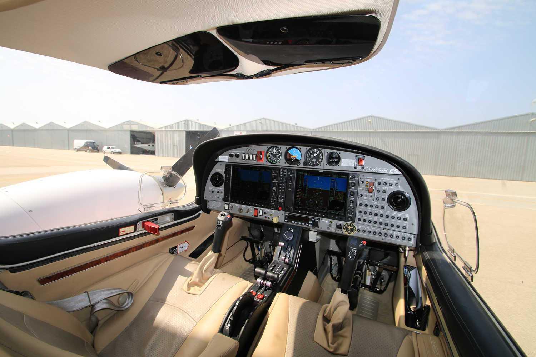 interior de avion diamond da42 de one air en aerodromo de velez