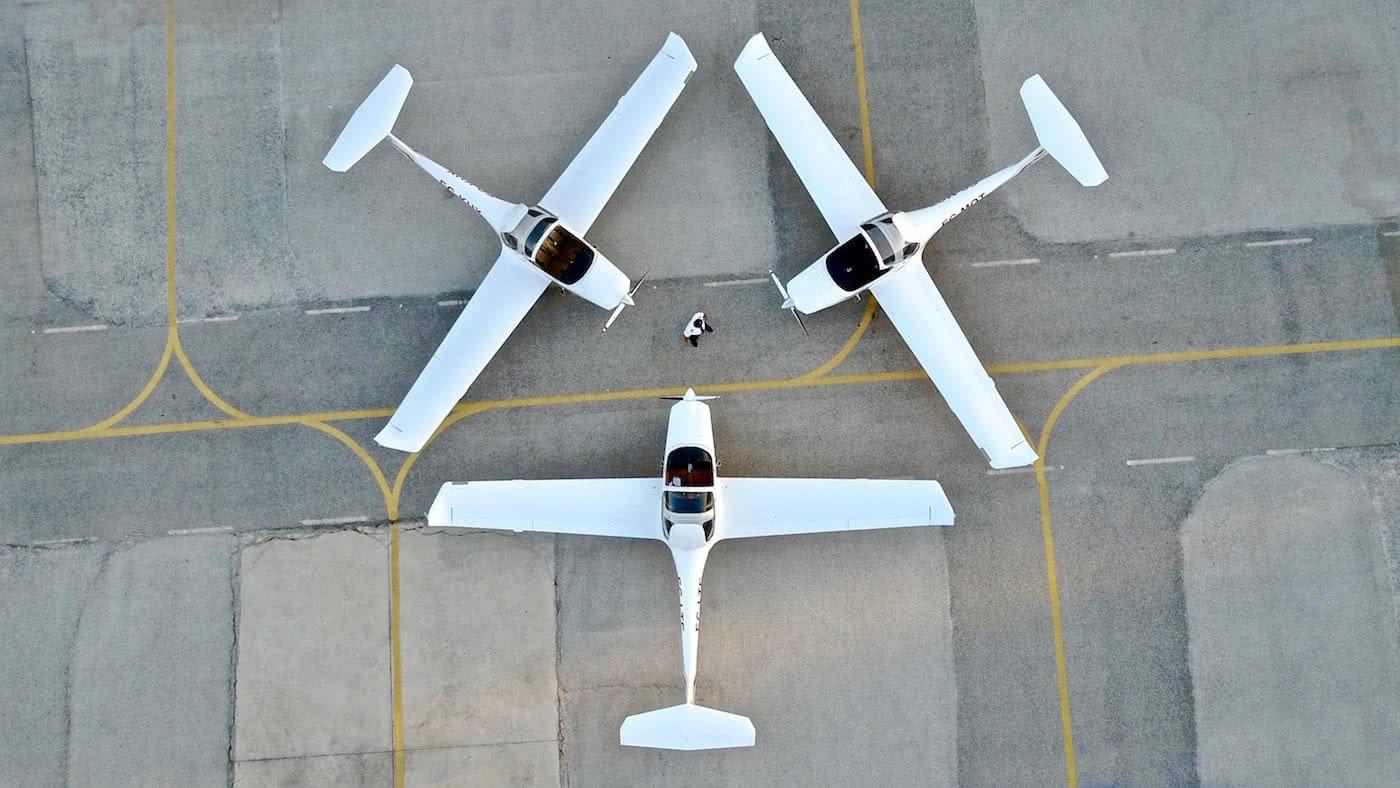 tres aviones aterrizados en forma de triangulacion