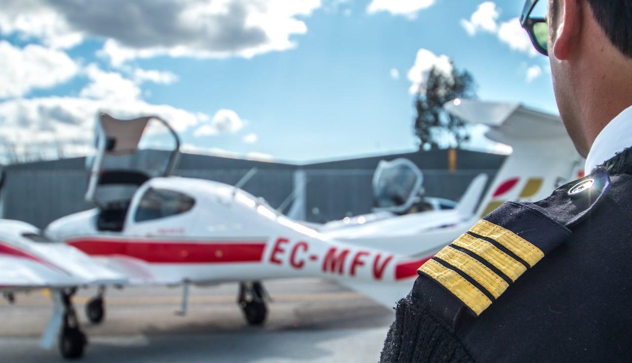 piloto de avion mirando un bimotor diamond da42 aterreizado con la carlinga abierta